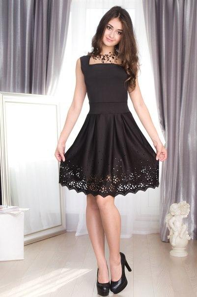 Девушка в нарядном черном платье