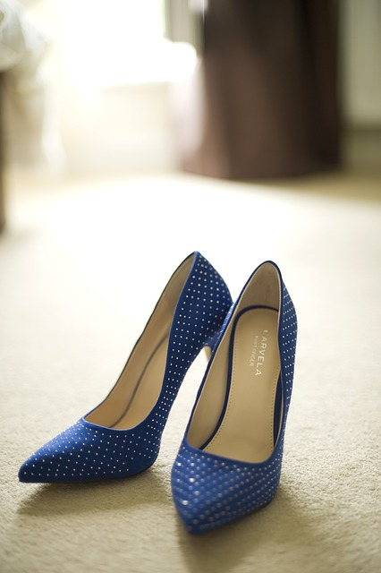 Голубые туфли на шпильке