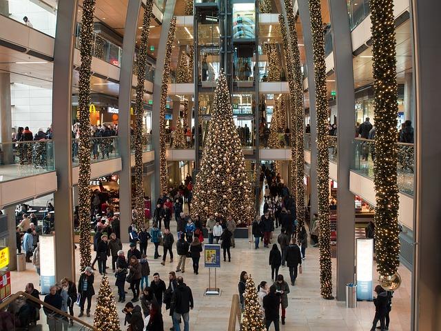 Торговый центр украшенный к Рождеству